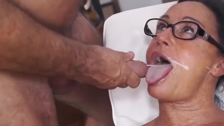 Euro Amateur Italian MILF Claudia Bangs Hard With Her BF - homemade porn with cumshot