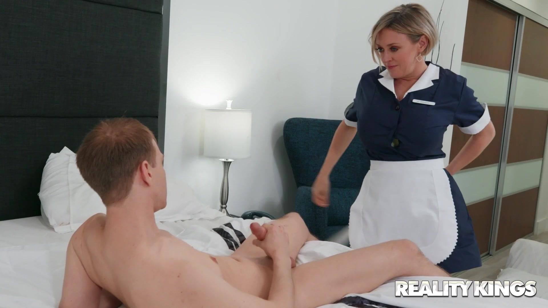 Big Ass Hotel Humper maid Dee Williams seduces Alex Jett - monster tits